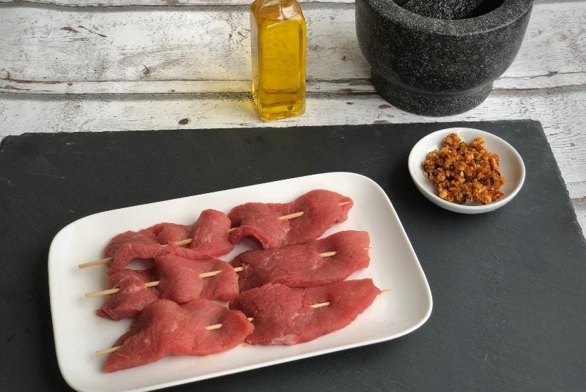 Das Fleisch mit Suya Gewürz marinieren